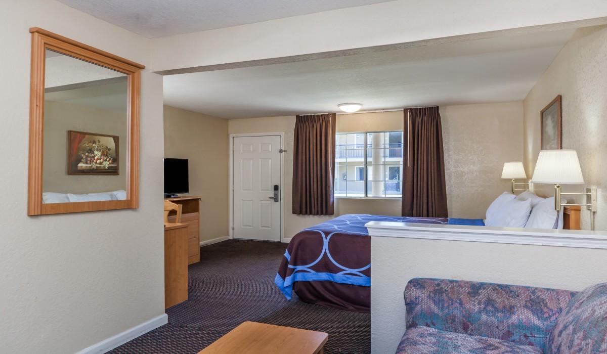 1 King Bed Suite at Hotel Rose Garden