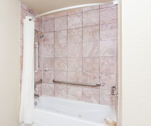 Hotel Rose Garden San Jose - Full bathrooms with shower and tubs